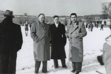 v.l.n.r. Maurice Alexandre, Münch und franz. Offizier beim Freundschaftsfussballspiel zwischen Franzosen und 1817, auf der Philipsschanze, Mainz, 1952
