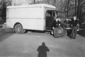 Fahrt mit Ausstellungsstücke nach Paris, Fahrer Münch mit Schreiner Max, 1955
