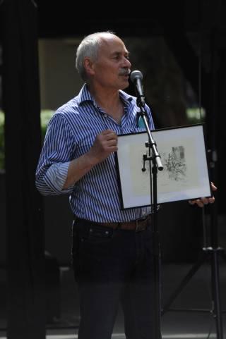 Bildhauer Clemens Strugalla stellt sein zu verkaufenden Druck vor