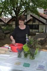 Ulrike Hantel leitet den Papierschöpfen Workshop für Kinder